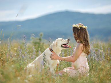 niña con perro campo